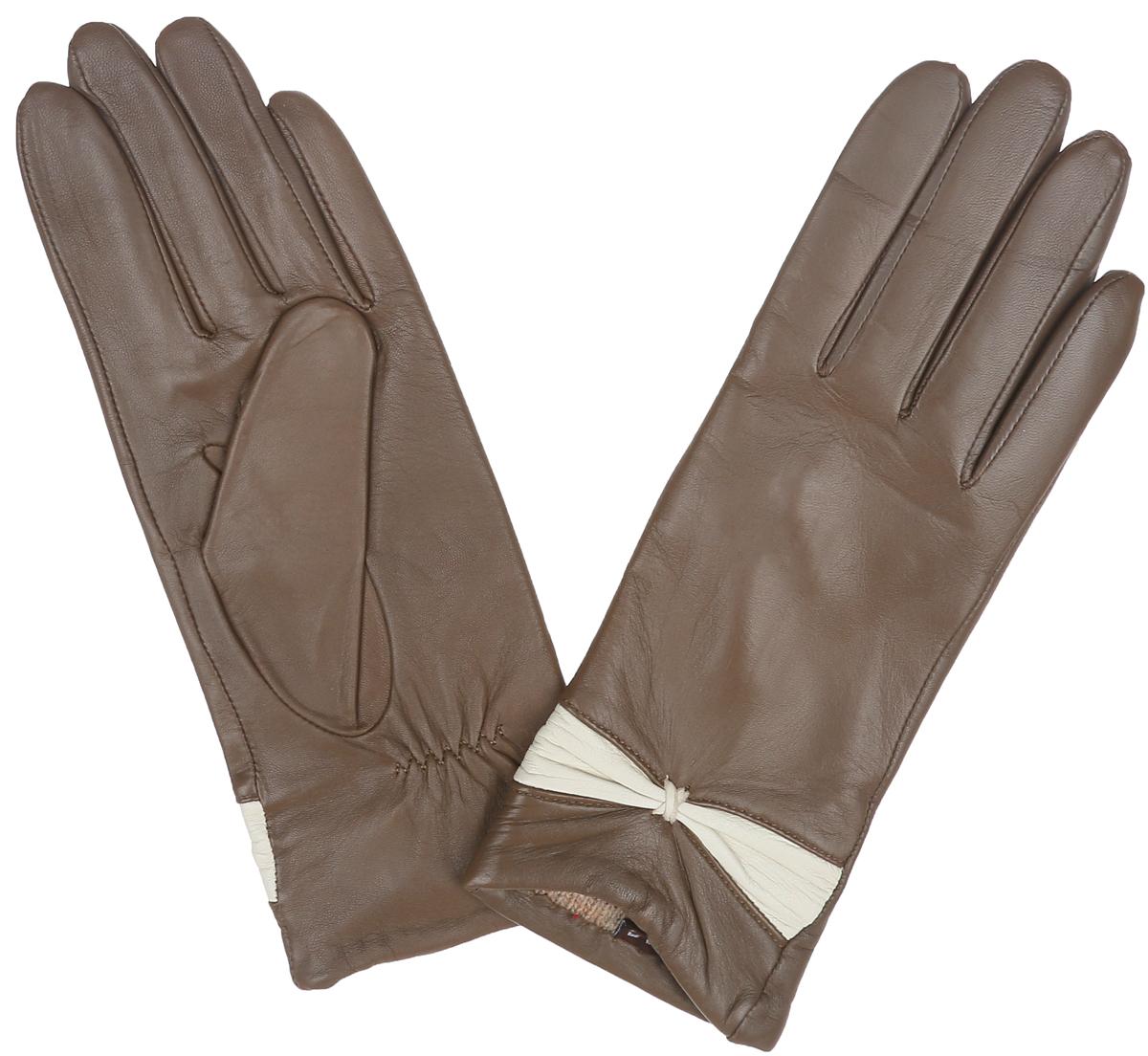 ПерчаткиLB-3015Классические женские перчатки Labbra не только защитят ваши руки, но и станут великолепным украшением. Перчатки выполнены из чрезвычайно мягкой и приятной на ощупь натуральной кожи ягненка, а их подкладка - из натуральной шерсти с добавлением акрила. Внешняя сторона перчатки декорирована кожаной вставкой в виде элегантного бантика. Внутренняя сторона дополнена аккуратной сборкой. В настоящее время перчатки являются неотъемлемой принадлежностью одежды, вместе с этим аксессуаром вы обретаете женственность и элегантность. Перчатки станут завершающим и подчеркивающим элементом вашего стиля и неповторимости.