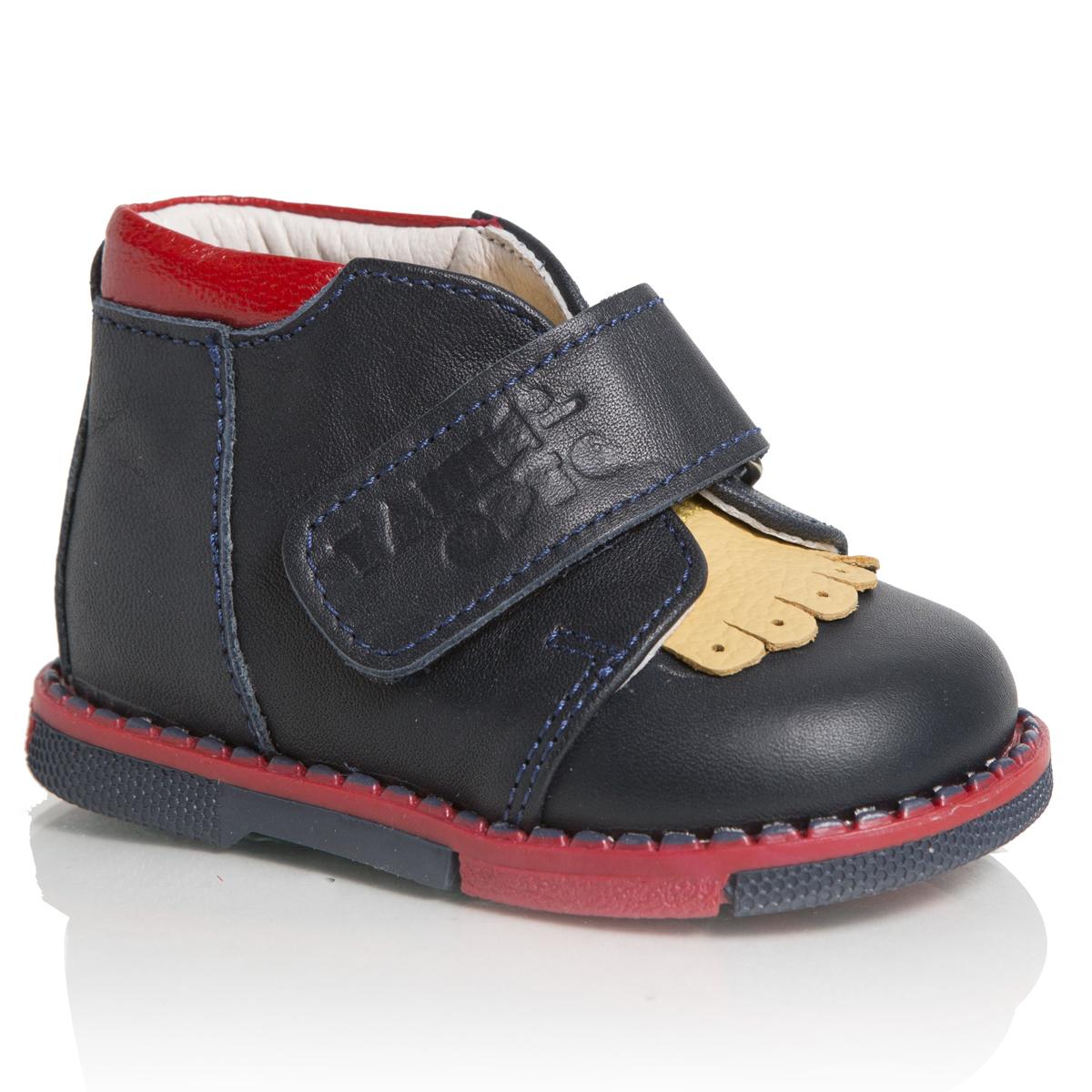 Ботинки для мальчика. 140-071140-071Стильные ботинки от Таши Орто придутся по душе вашему мальчику! Модель выполнена из натуральной высококачественной кожи и оформлена тисненым названием бренда на ремешке. Полужесткий задник и ремешок с застежкой-липучкой, расположенный поверх язычка изделия, надежно фиксируют ножку ребенка, не давая ей смещаться из стороны в сторону и назад. Стелька из натуральной кожи дополнена супинатором с перфорацией, который обеспечивает правильное положение ноги ребенка при ходьбе, предотвращает плоскостопие. Латексное покрытие стельки дает ножке ощущение мягкости и комфорта. Утепленная подкладка защищает ножку ребенка от холода. Ортопедический каблук Томаса (каблук высотой от 2 до 5 мм) укрепляет подошву под средней частью стопы и препятствует заваливанию детской стопы внутрь. Гибкая подошва позволяет сгибаться детской стопе при ходьбе или беге анатомически правильно, в 1/3 стопы, а не посередине. Рифленая поверхность подошвы защищает изделие от скольжения. Удобные ботинки - незаменимая вещь в...