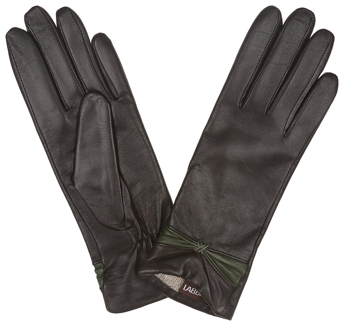 LB-3015Классические женские перчатки Labbra не только защитят ваши руки, но и станут великолепным украшением. Перчатки выполнены из чрезвычайно мягкой и приятной на ощупь натуральной кожи ягненка, а их подкладка - из натуральной шерсти с добавлением акрила. Внешняя сторона перчатки декорирована кожаной вставкой в виде элегантного бантика. Внутренняя сторона дополнена аккуратной сборкой. В настоящее время перчатки являются неотъемлемой принадлежностью одежды, вместе с этим аксессуаром вы обретаете женственность и элегантность. Перчатки станут завершающим и подчеркивающим элементом вашего стиля и неповторимости.