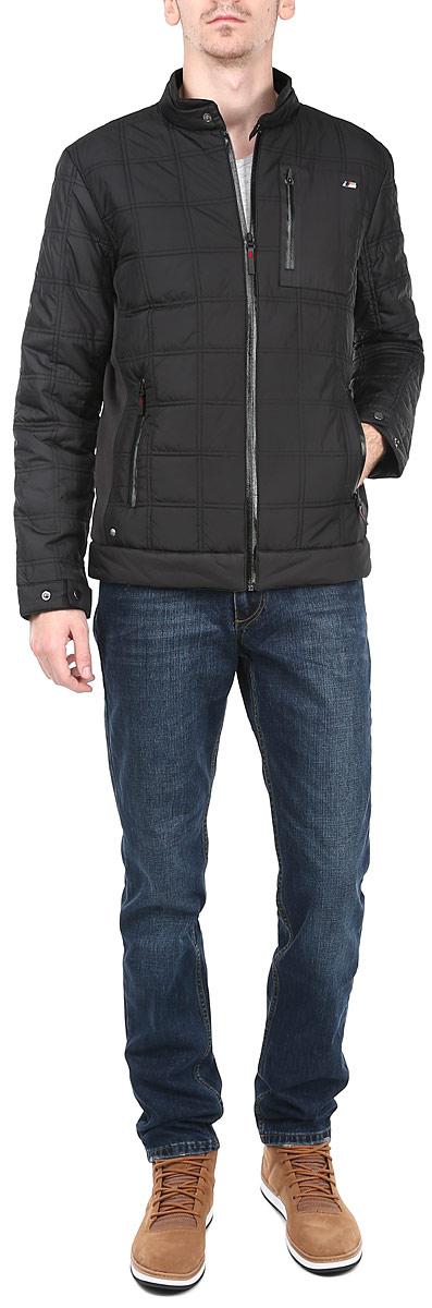 Куртка мужская BMW M Padded Jacket. 5693100156931001Стильная мужская куртка Puma BMW M Padded Jacket отлично подойдет для прохладной погоды. Модель прямого кроя с воротником-стойкой застегивается на застежку-молнию. Куртка оформлена стеганой отстрочкой и дополнена эластичными вставками по боками. Воротник и манжеты изделия дополнены хлястиками на кнопках. На внутренней стороне модели имеется прорезной карман на застежке-молнии, на лицевой стороне - два прорезных и один нашивной карман на застежке-молнии. Утеплитель выполнен из полиэстера. Эта модная куртка послужит отличным дополнением к вашему гардеробу.