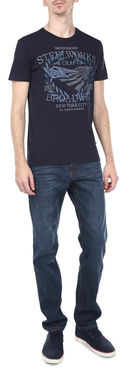 Футболка мужская. 10153003 E10153003_55EСтильная мужская футболка Broadway, выполненная из 100%-го хлопка, обладает высокой воздухопроницаемостью и гигроскопичностью, позволяет коже дышать. Модель с короткими рукавами и круглым вырезом горловины спереди дополнена принтовыми надписями. Эта футболка - идеальный вариант для создания эффектного образа.