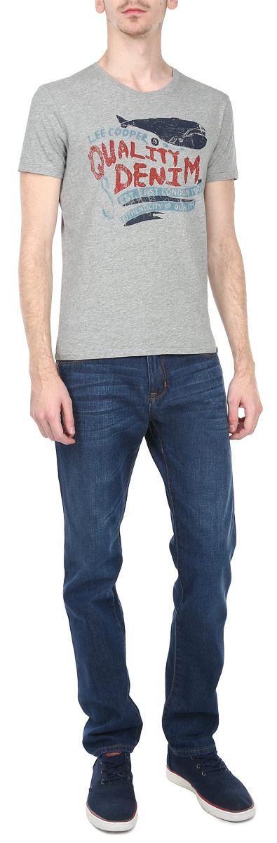 Футболка мужская. LCHMJ092LCHMJ092/DKGREYСтильная мужская футболка Lee Cooper, выполненная из 100%-го хлопка, обладает высокой воздухопроницаемостью и гигроскопичностью, позволяет коже дышать. Модель с короткими рукавами и круглым вырезом горловины спереди оформлена принтовыми надписями. Эта футболка - идеальный вариант для создания эффектного образа.