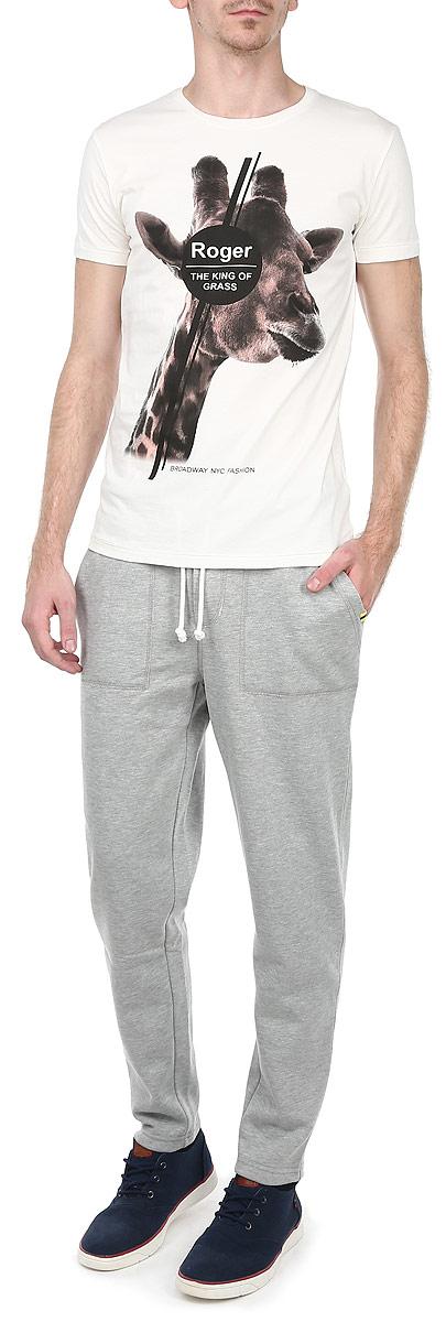 10153062 569Стильные спортивные мужские брюки Broadway станут модным дополнением к вашему гардеробу. Они отлично подойдут для отдыха и занятия спортом. Модель прямого кроя и средней посадки изготовлена из высококачественного хлопка с добавлением полиэстера, благодаря чему великолепно пропускает воздух и обладает высокой гигроскопичностью. Брюки дополнены широкой эластичной резинкой на поясе. Объем талии регулируется при помощи шнурка-кулиски. Брюки оснащены двумя втачными карманами спереди и одним накладным карманом сзади. Эти модные и в тоже время удобные брюки - настоящее воплощение комфорта. В них вы всегда будете чувствовать себя уверенно и уютно.