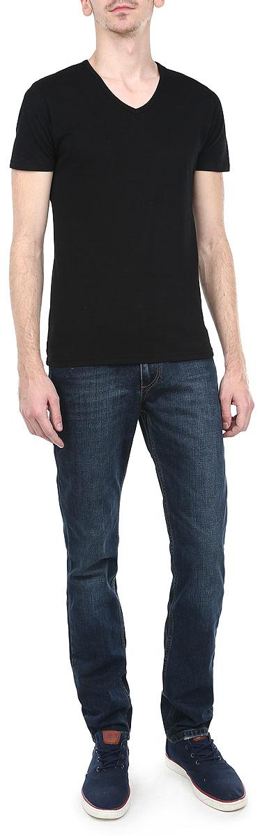 Джинсы мужские. TM2113.34TM2113.34Стильные мужские джинсы Tom Farr - джинсы высочайшего качества на каждый день, которые прекрасно сидят. Модель зауженного к низу кроя и средней посадки изготовлена из высококачественного материала. Изделие оформлено контрастной отстрочкой. Застегиваются джинсы на пуговицу в поясе и ширинку на молнии, имеются шлевки для ремня. Спереди модель оформлены двумя втачными карманами и одним небольшим секретным кармашком, а сзади - двумя накладными карманами. Эти модные и в тоже время комфортные джинсы послужат отличным дополнением к вашему гардеробу. В них вы всегда будете чувствовать себя уютно и комфортно.