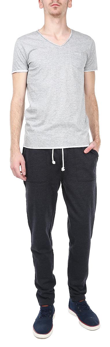 Брюки спортивные мужские. 1015306210153062 569Стильные спортивные мужские брюки Broadway станут модным дополнением к вашему гардеробу. Они отлично подойдут для отдыха и занятия спортом. Модель прямого кроя и средней посадки изготовлена из высококачественного хлопка с добавлением полиэстера, благодаря чему великолепно пропускает воздух и обладает высокой гигроскопичностью. Брюки дополнены широкой эластичной резинкой на поясе. Объем талии регулируется при помощи шнурка-кулиски. Брюки оснащены двумя втачными карманами спереди и одним накладным карманом сзади. Эти модные и в тоже время удобные брюки - настоящее воплощение комфорта. В них вы всегда будете чувствовать себя уверенно и уютно.