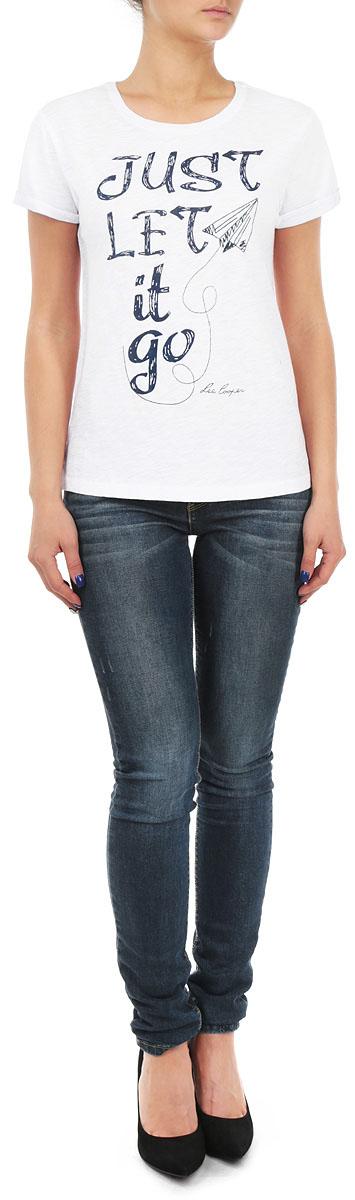 ФутболкаLCHWJ094/WHITEСтильная женская футболка Lee Cooper, выполненная из 100%-го хлопка, обладает высокой воздухопроницаемостью и гигроскопичностью, позволяет коже дышать. Модель с короткими рукавами и круглым вырезом горловины спериди дополнена различными надписями и вышитым изображением воздушного змея. Эта футболка - идеальный вариант для создания эффектного образа.