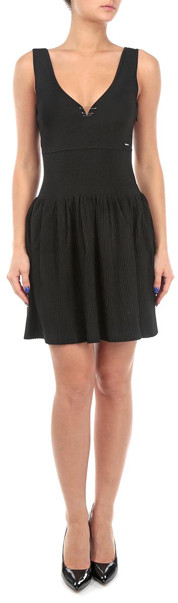 Платье. 00SJIH-0JAHE00SJIH-0JAHE/900Очаровательное платье Diesel приталенного силуэта из плотного трикотажа подойдет не только для повседневной носки, но и с легкостью поможет создать романтический образ. Модель с V-образным вырезом горловины и юбкой-солнцем. Модель дополнена декоративными элементами в виде булавок. Это стильное платье подарит вам комфорт и станет отличным дополнением к вашему гардеробу.