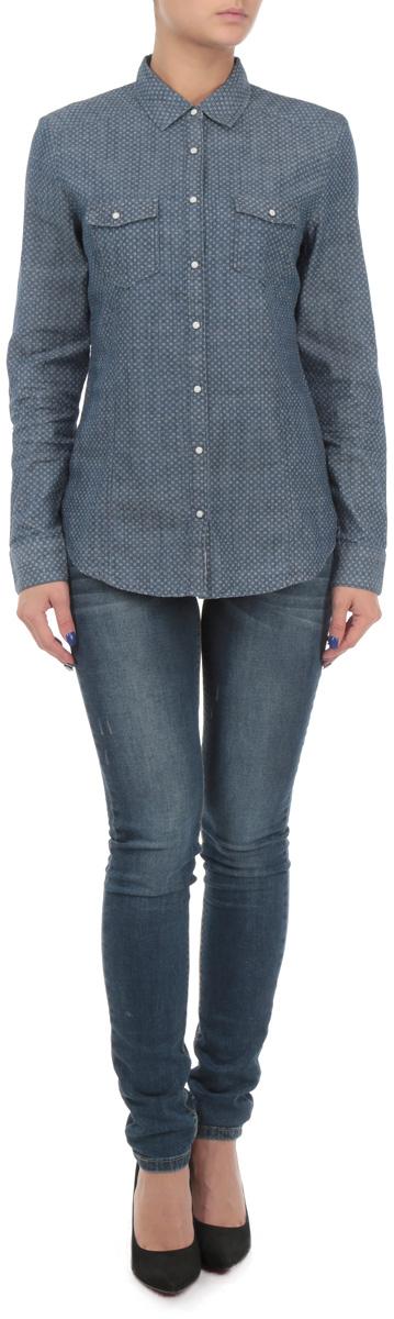 Рубашка женская. DONNAML/3465DONNAML/3465/BLUEDENIMЖенская рубашка Lee Cooper, выполненная из высококачественного 100% хлопка, обладает высокой теплопроводностью, воздухопроницаемостью и гигроскопичностью, позволяет коже дышать, тем самым обеспечивая наибольший комфорт при носке. Модель классического кроя с отложным воротником застегивается на пуговицы. Длинные рукава рубашки дополнены манжетами на пуговицах. На груди расположены 2 кармана, закрывающиеся клапанами на пуговицах. Рубашка оформлена оригинальным мелким принтом. Такая рубашка подчеркнет ваш вкус и поможет создать великолепный стильный образ.