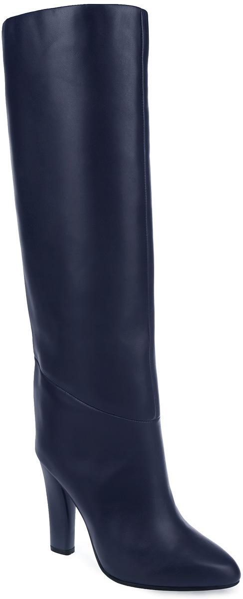 Сапоги женские. 4717847178Элегантные женские сапоги от Vitacci заинтересуют вас своим дизайном с первого взгляда! Модель выполнена из натуральной кожи и декорирована фактурными швами по верху. Зауженный носок добавит женственности в ваш образ. Подкладка и анатомическая стелька, выполненные из мягкой байки, защитят ноги от холода и обеспечат комфорт. Сапоги застегиваются на застежку-молнию, расположенную на одной из боковых сторон. Высокий каблук-столбик устойчив. Подошва с рифленым рисунком обеспечивает отличное сцепление с поверхностью. Трендовые сапоги - незаменимая вещь в гардеробе истинной модницы.