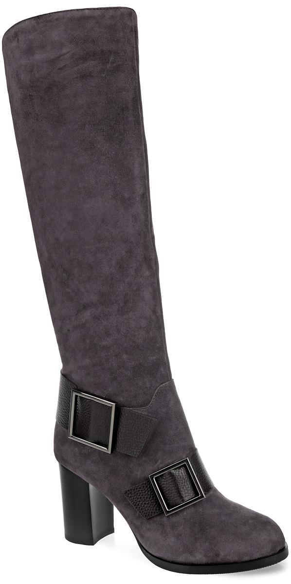 Сапоги женские. 4714747147Стильные женские сапоги от Vitacci займут достойное место в вашем гардеробе. Модель выполнена из натуральной замши и декорирована по верху фактурными швами. Нижняя часть изделия в области щиколотки и подъема украшена декоративными ремнями со стильной фурнитурой. Внутренняя отделка и стелька - из мягкой байки. Закругленный носок добавит женственности в ваш образ. Сапоги застегиваются на застежку-молнию, расположенную сбоку. Высокий каблук-кирпичик, стилизованный под дерево, устойчив. Подошва с рифленым рисунком обеспечивает отличное сцепление с поверхностью. Трендовые сапоги - незаменимая вещь в гардеробе истинной модницы.
