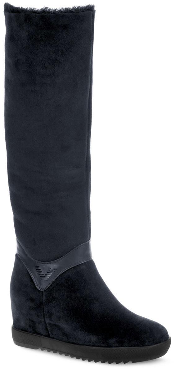 Сапоги женские. 73173118MЭлегантные женские сапоги от Vitacci - отличный вариант на каждый день. Модель выполнена из натуральной замши и декорирована вставкой из гладкой кожи со стильной фурнитурой в области щиколотки. Подкладка и стелька, изготовленные из натурального меха, защитят ноги от холода и обеспечат комфорт. Сапоги застегиваются на застежку-молнию, расположенную на одной из боковых сторон. Модель на скрытой танкетке устойчива и комфортна в носке. Подошва с рифленым рисунком обеспечивает отличное сцепление с поверхностью. В этих сапогах вашим ногам будет тепло и уютно. Они подчеркнут ваш стиль и индивидуальность.