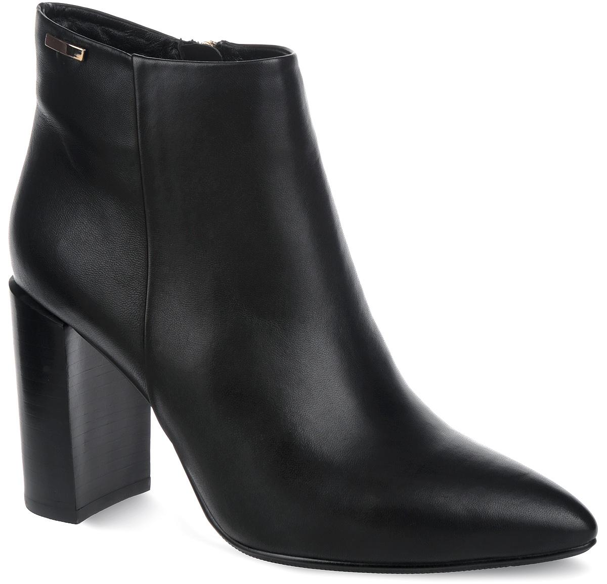 Ботинки женские. S537-5AS537-5AМодные женские ботинки от Winzor придутся вам по душе! Модель выполнена из натуральной кожи и дополнена сбоку фактурным швом. Верх голенища украшен декоративной металлической фурнитурой. Подкладка и стелька - из байки, защитят ноги от холода и обеспечат комфорт. Зауженный носок добавит женственности в ваш образ. Ботинки застегиваются на застежку-молнию, расположенную на одной из боковых сторон. Ультравысокий каблук устойчив. Подошва из термопластичного материала с рельефным протектором обеспечивает отличное сцепление на любой поверхности. Модные ботинки покорят вас своим оригинальным дизайном и удобством!