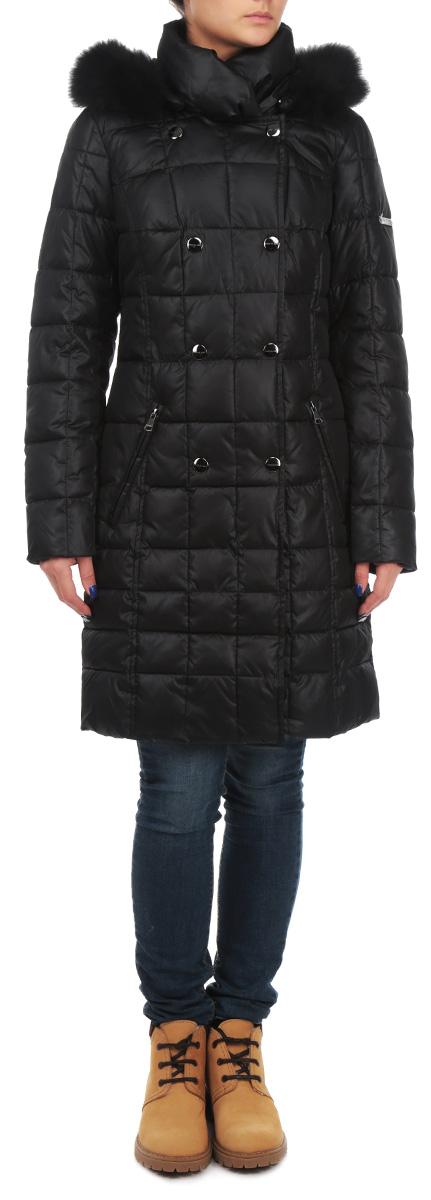 W15-11018Удобная и стильная женская куртка Finn Flare согреет вас в прохладное время года. Модель с длинными рукавами и воротником-стойкой застегивается на застежку-молнию и имеет ветрозащитный клапан на кнопках. Изделие оснащено съемным капюшоном на кнопках, который украшен съемным мехом енота на пуговицах. Объем капюшона регулируется при помощи шнурка-кулиски. Куртка дополнена двумя втачными карманами на молниях спереди. Эта модная и в то же время комфортная куртка - отличный вариант для прогулок, она подчеркнет ваш изысканный вкус и поможет создать неповторимый образ
