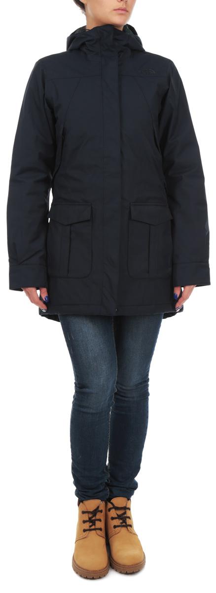 Куртка женская NSET0CST6V2QУдобная женская куртка The North Face NSE согреет вас в холодное время года. Стильная городская куртка в стиле Never Stop Exploring из водонепроницаемой и дышащей двухслойной ткани HyVent защитит от самого сильного холода. Модель с длинными рукавами и несъемным капюшоном застегивается на застежку-молнию и имеет ветрозащитный клапан на кнопках. Объем капюшона регулируется при помощи шнурка-кулиски. Куртка дополнена двумя втачными карманами на молниях и двумя накладными карманами с клапанами на кнопках спереди, а также внутренним карманом на молнии. Манжеты рукавов застегиваются на кнопки. На талии куртка стягивается шнурком-кулиской. Эта модная и в то же время комфортная куртка - отличный вариант для прогулок и занятия спортом, она подчеркнет ваш изысканный вкус и поможет создать неповторимый образ.