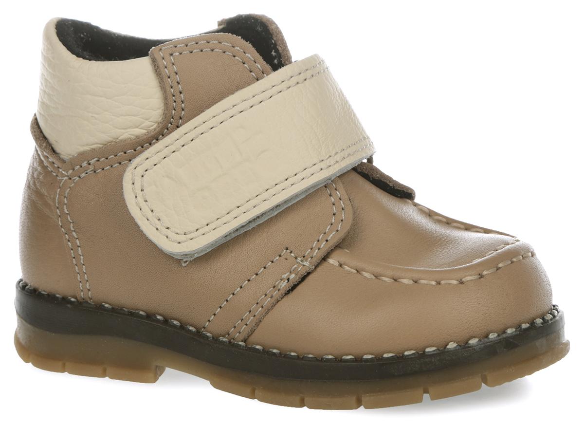 Ботинки для мальчика. 241-281241-281Стильные ботинки от Таши Орто придутся по душе вашему мальчику! Модель выполнена из натуральной высококачественной кожи и оформлена декоративным внешним швом на мысе, тисненым названием бренда на ремешке. Высокий твердый задник и ремешок с застежкой-липучкой, расположенный поверх язычка изделия, надежно фиксируют ножку ребенка, не давая ей смещаться из стороны в сторону и назад. Стелька из натуральной кожи дополнена супинатором с перфорацией, который обеспечивает правильное положение ноги ребенка при ходьбе, предотвращает плоскостопие. Латексное покрытие стельки дает ножке ощущение мягкости и комфорта. Утепленная подкладка защищает ножку ребенка от холода. Гибкая подошва позволяет сгибаться детской стопе при ходьбе или беге анатомически правильно, в 1/3 стопы, а не посередине. Рифленая поверхность подошвы защищает изделие от скольжения. Удобные ботинки - незаменимая вещь в гардеробе каждого ребенка!