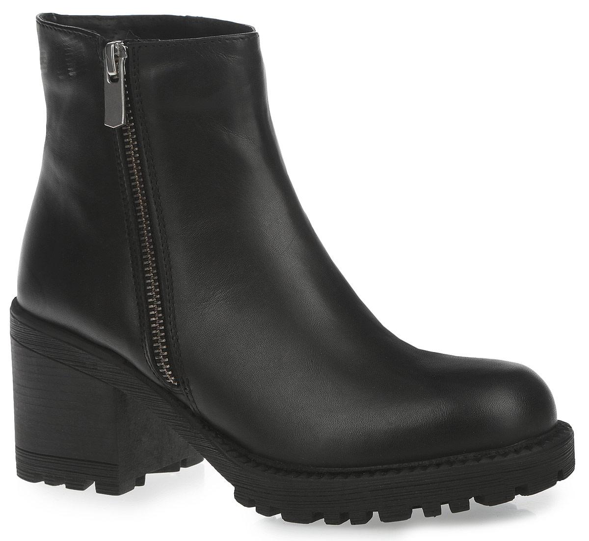 Ботинки женские. 9886-BUB-01-KB9886-BUB-01-KBСтильные женские ботинки от Calipso заинтересуют вас своим дизайном с первого взгляда! Модель выполнена из высококачественной натуральной гладкой кожи и декорирована сбоку фактурным швом. Подкладка и стелька - из ворсина, защитят ноги от холода и обеспечат комфорт. Ботинки застегиваются на застежку-молнию, расположенную сбоку. Умеренной высоты каблук устойчив. Подошва из термополиуретана с рельефным протектором обеспечивает отличное сцепление на любой поверхности. В таких ботинках вашим ногам будет уютно и комфортно. Они прекрасно дополнят ваш повседневный образ.