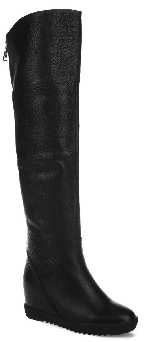 Ботфорты женские. 73126M73126MСтильные женские ботфорты от Vitacci займут достойное место в вашем гардеробе. Модель выполнена из натуральной кожи и декорирована по верху фактурными швами. Подкладка - из байки и натурального меха, и стелька - из натурального меха, защитят ноги от холода и обеспечат комфорт. Верхняя часть изделия оформлена небольшой металлической молнией, которая регулирует объем. Сзади ботфорты дополнены стильной фурнитурой. Модель застегивается на застежку-молнию, расположенную сбоку. Высокий каблук устойчив. Подошва из термополиуретана с рельефным протектором обеспечивает отличное сцепление на любой поверхности. В таких ботфортах вашим ногам будет уютно и комфортно. Они прекрасно дополнят ваш повседневный образ.