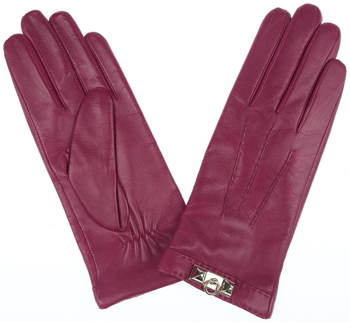 Перчатки2.64-23 fuchsiaСтильные женские перчатки Fabretti классического кроя с подкладкой из шерсти и кашемира выполнены из мягкой и приятной на ощупь эфиопской перчаточной кожи. Лицевая сторона оформлена декоративными швами три луча и оригинальной металлической фурнитурой. Тыльная сторона дополнена аккуратной резинкой для лучшей фиксации модели на запястье. Перчатки станут завершающим и подчеркивающим элементом вашего стиля и неповторимости.