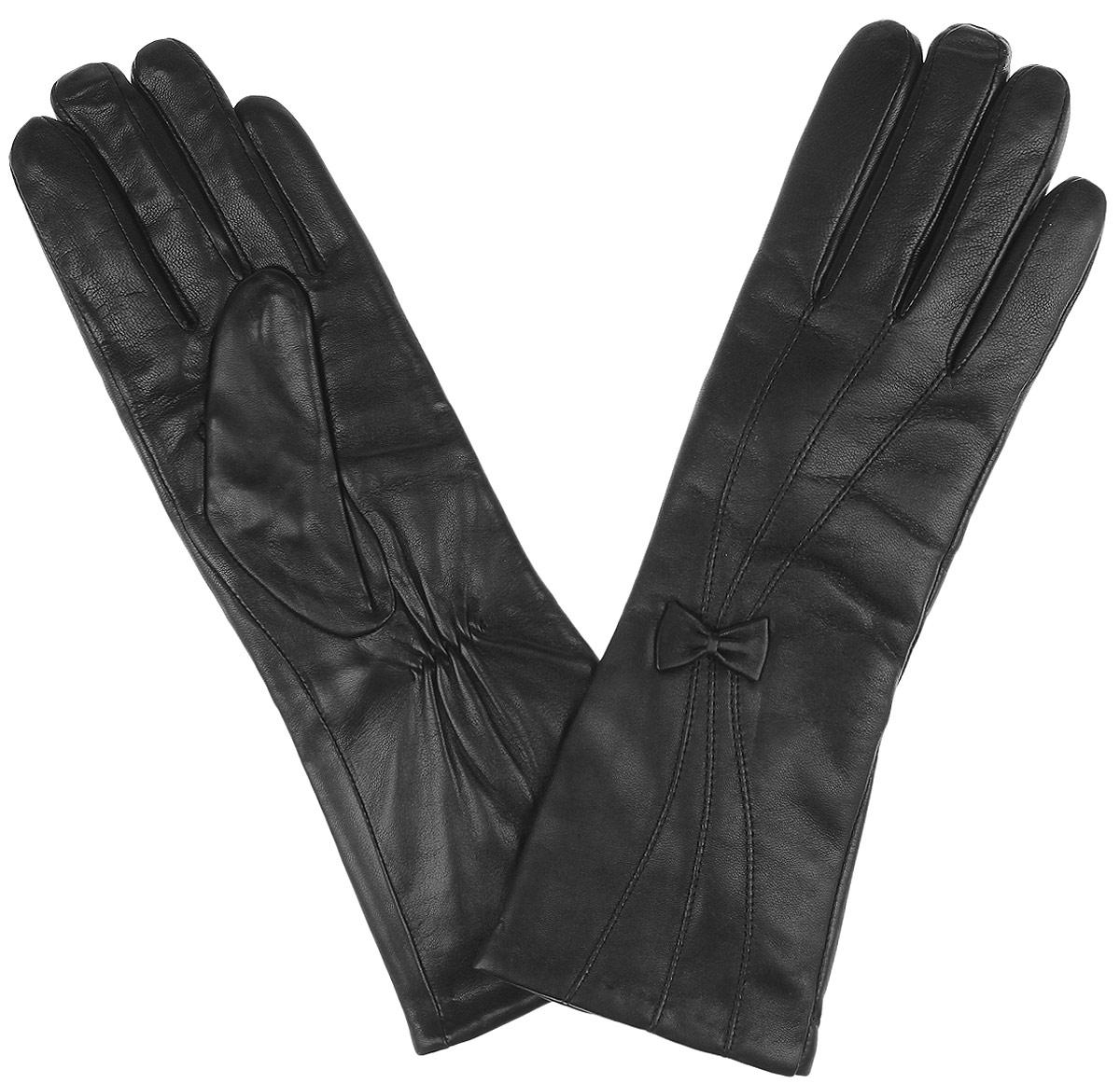 Перчатки женские. 2.22.2-1 blackВосхитительные женские перчатки Fabretti с подкладкой из шерсти и кашемира выполнены из мягкой и приятной на ощупь эфиопской перчаточной кожи. Лицевая сторона декорирована строчкой и кожаным бантиком. Тыльная сторона удлиненного манжета дополнена аккуратной резинкой для лучшей фиксации модели на запястье. Такие перчатки подчеркнут ваш стиль и неповторимость и придадут всему образу нотки женственности и элегантности.