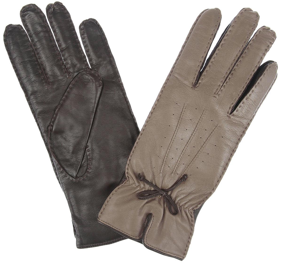 Перчатки2.40-10 taupeПотрясающие женские перчатки Fabretti не только защитят ваши руки, но и станут великолепным украшением. Перчатки выполнены из чрезвычайно мягкой и приятной на ощупь натуральной кожи, а их подкладка - из шерсти с добавлением кашемира. Модель исполнена в двух оттенках. Лицевая сторона оформлена оригинальной отстрочкой, бантиком, декоративными швами три луча, небольшим разрезом, а также аккуратной резинкой для лучшей фиксации модели на запястье. Отличный классический вариант, который станет прекрасным дополнением к вашему образу.