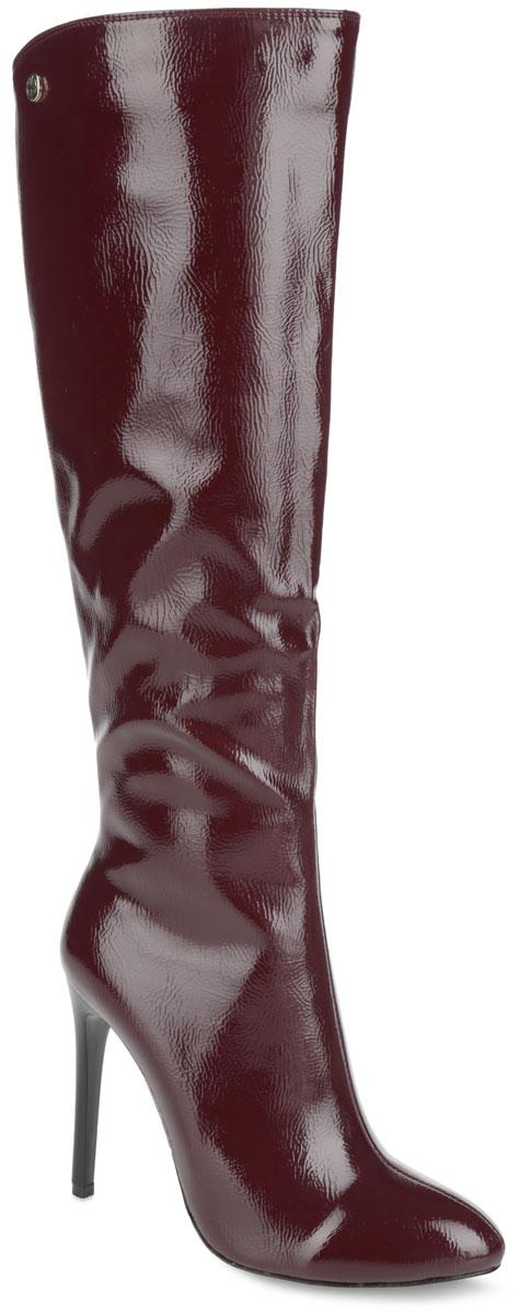 Сапоги женские. G862-R722G862-R722-BЭлегантные женские сапоги Winzor поразят вас своим дизайном! Модель выполнена из искусственной лаковой кожи, оформленной фактурными швами по верху. Подкладка и стелька из мягкой байки защитят ноги от холода и обеспечат комфорт. Верх изделия с одной стороны украшен декоративным металлическим элементом, с другой - эластичной вставкой. Задняя часть голенища дополнена фигурным вырезом. Модель застегивается на застежку-молнию, расположенную на одной из боковых сторон. Ультравысокий каблук-шпилька и зауженный носок добавят женственности в ваш образ. Подошва из полимерного термопластичного материала с рифленым протектором не скользит. Изысканные сапоги добавят в ваш образ немного шарма и подчеркнут ваш безупречный вкус.