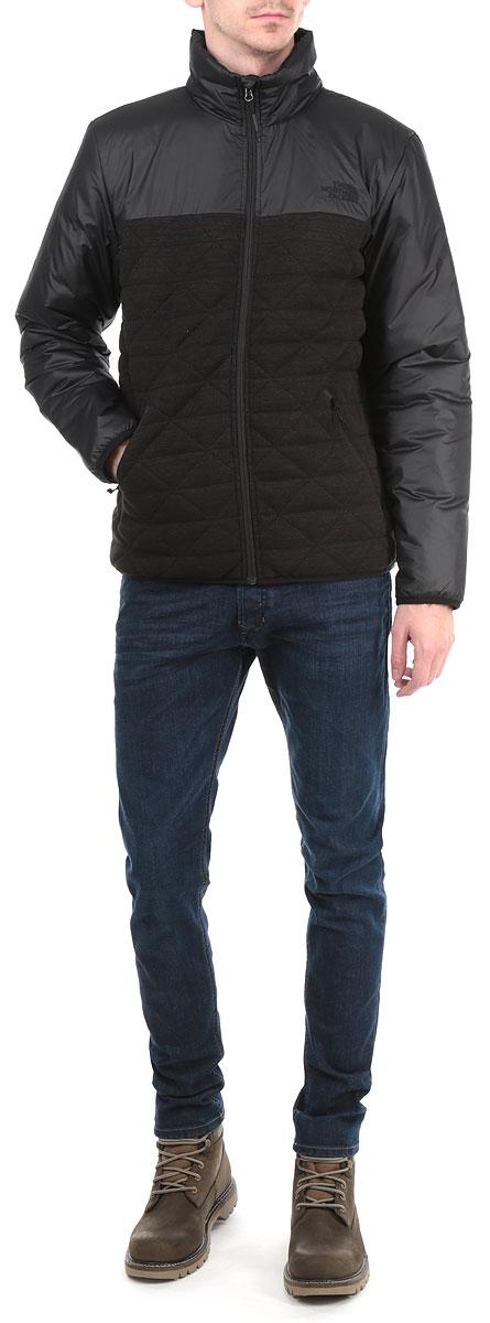 Куртка мужская Fern Canyon Jacket. T0CA5HJK3T0CA5HJK3Стильная мужская куртка The North Face Fern Canyon Jacke отлично подойдет для прохладной погоды. Модель прямого кроя с воротником-стойкой и длинными рукавами застегивается на застежку-молнию с защитой подбородка. Для большего комфорта подкладка воротника дополнена теплым мягким флисом Куртка оформлена стеганой отстрочкой и дополнена втачными карманами на молнии. Утеплитель выполнен из полиэстера. Эта модная куртка послужит отличным дополнением к вашему гардеробу.