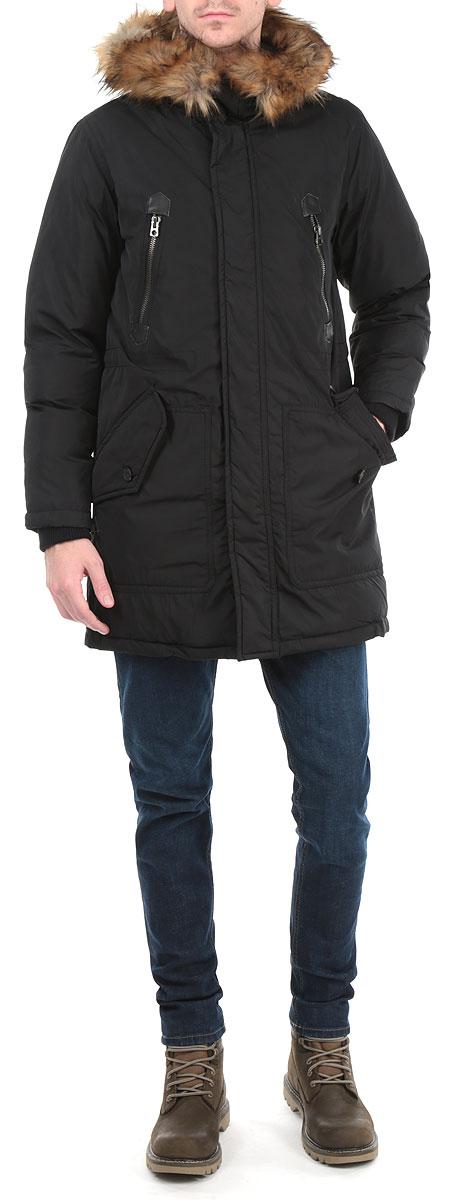 00SJTA-00JVL/900Уютная и стильная мужская куртка Diesel отлично подойдет для холодной погоды. Модель классического кроя с длинными рукавами и капюшоном выполнена из высококачественного износостойкого полиэстера и застегивается на застежку-молнию, а также имеет ветрозащитный клапан на кнопках. Изделие дополнено двумя вместительными накладными карманами на пуговицах и двумя втачными карманами на кнопках спереди, а также внутренним карманом на кнопке. На талии куртка затягивается шнурком- кулиской. Рукава куртки дополнены внутренними трикотажными манжетами. Капюшон украшен съемным искусственным мехом на кнопках. Эта модная и в то же время комфортная куртка - отличный вариант для уверенного в себе мужчины!