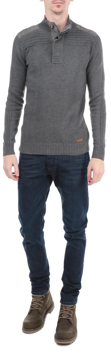 Джемпер мужской. B635543B635543Мужской вязаный джемпер Baon необычайно мягкий и приятный на ощупь, не сковывает движения, обеспечивая наибольший комфорт. Джемпер приталенного кроя с длинными рукавами и воротником-стойкой на пуговицах идеально гармонирует с любыми предметами одежды и будет уместен и на отдых, и на работу. Низ и манжеты изделия связаны резинкой. Модель содержит элементы с вязкой в рубчик. Джемпер декорирован текстильными вставками на плечах. Такой замечательный джемпер - базовая вещь в гардеробе современного мужчины, желающего выглядеть элегантно и стильно каждый день!
