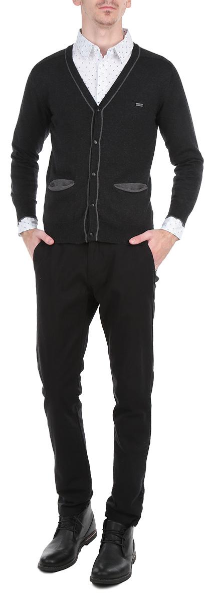 Sharity/BLACKMELКлассический мужской кардиган MeZaGuZ с V-образным вырезом горловины будет гармонично смотреться в сочетании как с джинсами, так и с брюками. Выполнен из мягкого хлопкового трикотажа с небольшим добавлением кашемира. Застегивается изделие на металлические пуговицы по всей длине. Манжеты, горловина, планка с пуговицами и линия низа окантованы резинкой, что предотвращает деформацию при носке. Кардиган выполнен в лаконичном цвете и оформлен контрастными нашивками на локтях. Спереди модель дополнена двумя втачными карманами. Такой кардиган незаменим прохладными летними вечерами и в зимние холода.