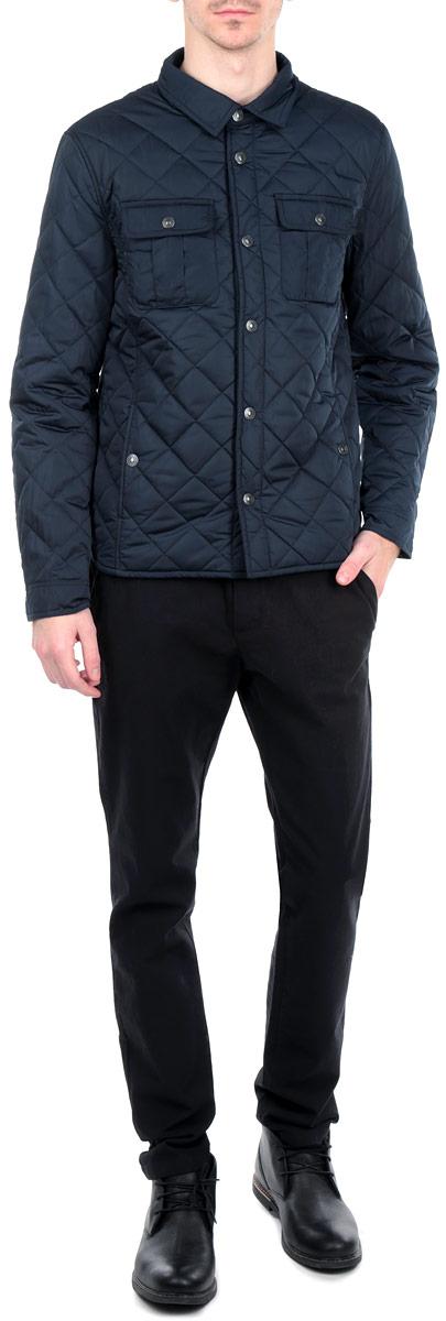 КурткаB535516_DEEP NAVYСтеганная мужская куртка Baon, выполненная из высококачественных материалов, обеспечит максимальный комфорт при различных погодных условиях. Изделие с отложным воротником и длинными рукавами застегивается на металлические кнопки по всей длине. Спереди модель дополнена двумя втачными и двумя нашивными карманами на кнопках. На внутренней стороне модель дополнена одним втачным карманом на молнии. Манжеты изделия регулируются хлястиками на кнопках. Эта стильная куртка послужит отличным дополнением к вашему гардеробу!