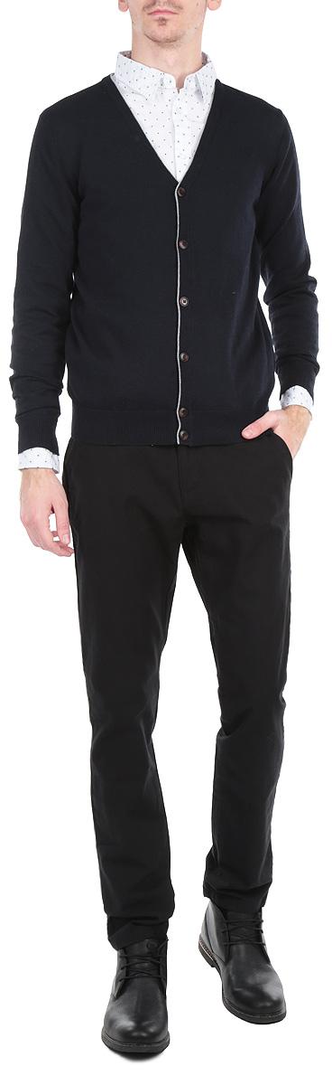 Кардиган мужской. B645701B645701Классический мужской кардиган Baon с V-образным вырезом будет гармонично смотреться в сочетании как с джинсами, так и с брюками. Выполнен из хлопка с добавлением полиэстера. Застегивается на пуговицы по всей длине изделия. Манжеты, горловина, планка с пуговицами и линия низа оформлены резинкой, что предотвращает деформацию при носке. Кардиган выполнен в лаконичном стиле и оформлен контрастным кантом. В нем вы будете чувствовать себя уютно в прохладное время года.