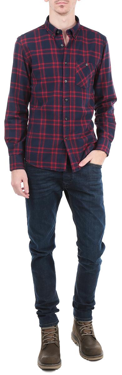 Рубашка мужская. B665512B665512Мужская рубашка Baon, выполненная из высококачественного 100% хлопка, обладает высокой теплопроводностью, воздухопроницаемостью и гигроскопичностью, позволяет коже дышать, тем самым обеспечивая наибольший комфорт при носке. Модель классического кроя с отложным воротником застегивается на пуговицы. Длинные рукава рубашки дополнены манжетами на пуговицах. На груди расположен накладной карман, закрывающийся на пуговицу. Рубашка оформлена актуальным принтом в клетку. Такая рубашка подчеркнет ваш вкус и поможет создать великолепный стильный образ.