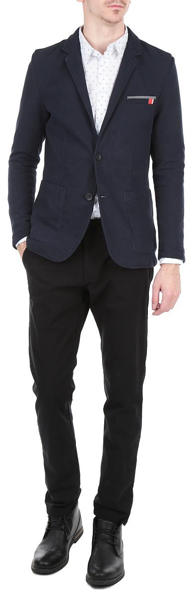 Пиджак мужской. DMR0004GRDMR0004GRСтильный мужской пиджак Drywash, изготовленный из хлопка с добавлением полиэстера и полиамида, поможет вам создать оригинальный образ и подчеркнуть свой вкус. Модель приталенного кроя с длинными рукавами и воротником с лацканами застегивается спереди на две пуговицы. Манжеты рукавов также застегиваются на пуговицы. Пиджак оснащен нагрудным кармашком и двумя накладными карманами спереди, рукава дополнены вставками на локтях. Этот элегантный пиджак станет отличным дополнением к вашему гардеробу и поможет вам создать неповторимый образ в стиле Casual.