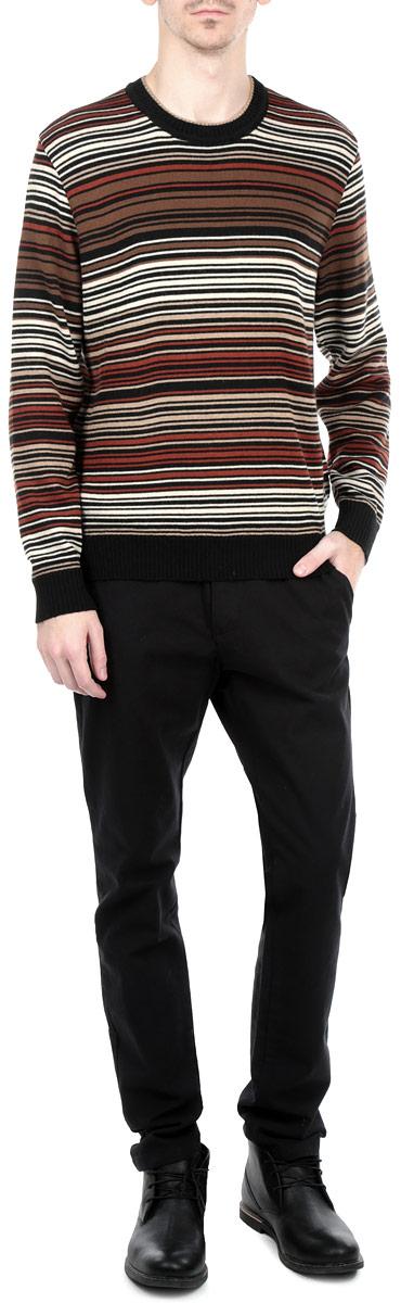 Джемпер мужской. W15-21102W15-21102Мужской вязаный джемпер Finn Flare необычайно мягкий и приятный на ощупь, не сковывает движения, обеспечивая наибольший комфорт. Джемпер с круглым вырезом горловины и длинными рукавами идеально гармонирует с любыми предметами одежды и будет уместен и на отдых, и на работу. Низ и манжеты изделия связаны мелкой резинкой, препятствующей проникновению холодного воздуха. Такой замечательный джемпер - базовая вещь в гардеробе современного мужчины, желающего выглядеть элегантно каждый день!