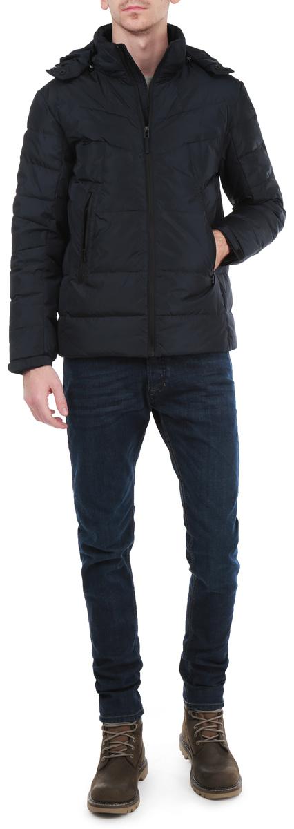 Пуховик мужской. B505519B505519_DEEP NAVYСтильный мужской пуховик Baon, выполненный из высококачественных материалов, обеспечит максимальный комфорт при различных погодных условиях. Изделие со съемным капюшоном, воротником-стойкой и длинными рукавами застегивается на пластиковую застежку-молнию по всей длине. Спереди модель дополнена двумя прорезными карманами на молнии. Капюшон дополнен внутренней эластичной резинкой на стопперах и хлястиком на металлических кнопках. На внутренней стороне модели имеются два втачных кармана на молнии. Этот яркий пуховик послужит отличным дополнением к вашему гардеробу!