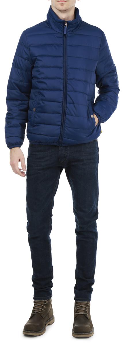 КурткаB535532Стильная мужская куртка Baon отлично подойдет для прохладных дней. Модель прямого кроя с длинными рукавами и воротником-стойков застегивается на молнию. Изделие дополнено двумя втачными карманами на кнопках спереди и внутренним карманом на липучке. Манжеты рукавов и низ куртки дополнены эластичными резинками. Внутри карманы дополнены мягкой подкладкой из флиса. Эта модная и в то же время комфортная куртка согреет вас в любые морозы и отлично подойдет как для прогулок, так и для занятия спортом.