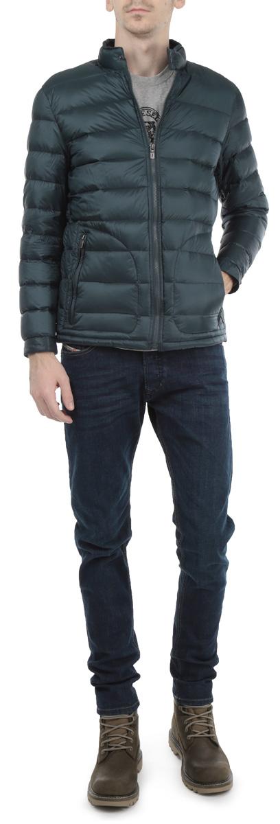 КурткаB515502_STORMСтильная мужская куртка Baon, рассчитанная на прохладную погоду, поможет вам почувствовать себя максимально комфортно. Модель прямого кроя создана из 100%-го полиамида. Куртка с воротником-стойкой и длинными рукавами застегивается на застежку-молнию . Манжеты и воротник изделия застегиваются хлястиками на металлические кнопки. Них изделия дополнен потайной эластичной резинкой со специальными фиксаторами, препятствующей проникновению холодного воздуха. Модель дополнена двумя боковыми карманами на молниях. Стильная и теплая, эта куртка займет достойное место в вашем гардеробе. Модная фактура ткани, отличное качество, великолепный дизайн.