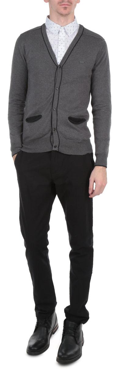КардиганSharity/BLACKMELКлассический мужской кардиган MeZaGuZ с V-образным вырезом горловины будет гармонично смотреться в сочетании как с джинсами, так и с брюками. Выполнен из мягкого хлопкового трикотажа с небольшим добавлением кашемира. Застегивается изделие на металлические пуговицы по всей длине. Манжеты, горловина, планка с пуговицами и линия низа окантованы резинкой, что предотвращает деформацию при носке. Кардиган выполнен в лаконичном цвете и оформлен контрастными нашивками на локтях. Спереди модель дополнена двумя втачными карманами. Такой кардиган незаменим прохладными летними вечерами и в зимние холода.