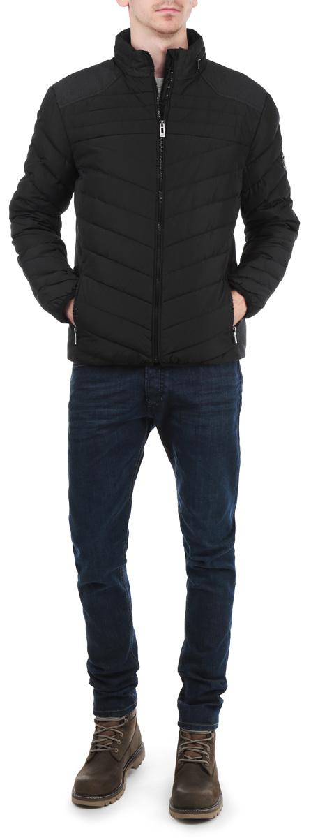 КурткаB505518_BLACKСтильная мужская куртка Baon, выполненная из высококачественных материалов, обеспечит максимальный комфорт при различных погодных условиях. Изделие с воротником-стойкой и длинными рукавами застегивается на пластиковую застежку-молнию с защитой подбородка. Спереди модель дополнена двумя прорезными карманами на молнии. На внутренней стороне модель дополнена одним втачным карманом на молнии. Манжеты и низ изделия дополнены эластичными резинками, препятствующими проникновению холодного воздуха. Капюшон легко убирается внутрь воротника. Эта стильная куртка послужит отличным дополнением к вашему гардеробу!