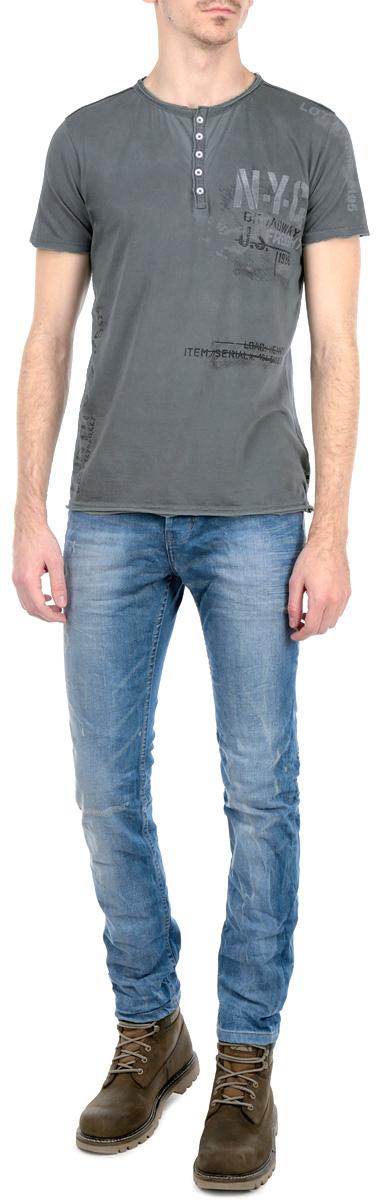 Футболка мужская. 1015368210153682_698Стильная мужская футболка Broadway, выполненная из высококачественного трикотажного материала, обладает высокой воздухопроницаемостью и гигроскопичностью, позволяет коже дышать. Модель с короткими рукавами и круглым вырезом горловины спереди оформлена принтовыми надписями. Футболка от горловины застегивается на 5 пластиковых пуговиц. Горловина, манжеты и низ изделия выполнены с необработанным краем. Эта футболка - идеальный вариант для создания эффектного образа.