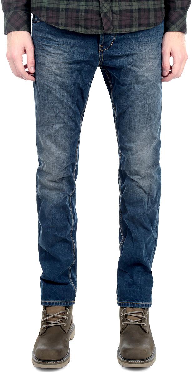 Джинсы мужские. 6203787.00.126203787.00.12_1051Стильные мужские джинсы Tom Tailor Denim - джинсы высочайшего качества на каждый день, которые прекрасно сидят. Модель зауженного к низу кроя и средней посадки изготовлена из высококачественного материала. Застегиваются джинсы на пуговицу в поясе и ширинку на пуговицах на молнии, имеются шлевки для ремня. Спереди модель оформлены двумя втачными карманами и одним небольшим секретным кармашком, а сзади - двумя накладными карманами. Эти модные и в тоже время комфортные джинсы послужат отличным дополнением к вашему гардеробу. В них вы всегда будете чувствовать себя уютно и комфортно.