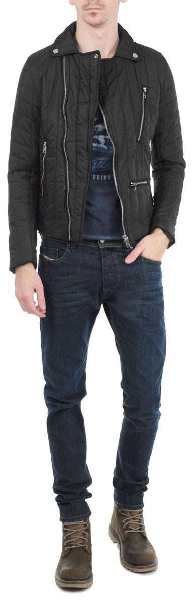 Куртка мужская. 00SJS6-0CAKA00SJS6-0CAKA/900Стильная мужская куртка Diesel отлично подойдет для прохладной погоды. Модель прямого кроя с отложным воротником застегивается на косую застежку-молнию. Куртка оформлена вертикальной стеганой отстрочкой и дополнена четырьмя втачными карманами на молнии. Манжеты изделия застегиваются на молнию. На внутренней стороне спинка изделия декорирована изображением волка, так же предусмотрен потайной кармашек. Эта модная куртка послужит отличным дополнением к вашему гардеробу.