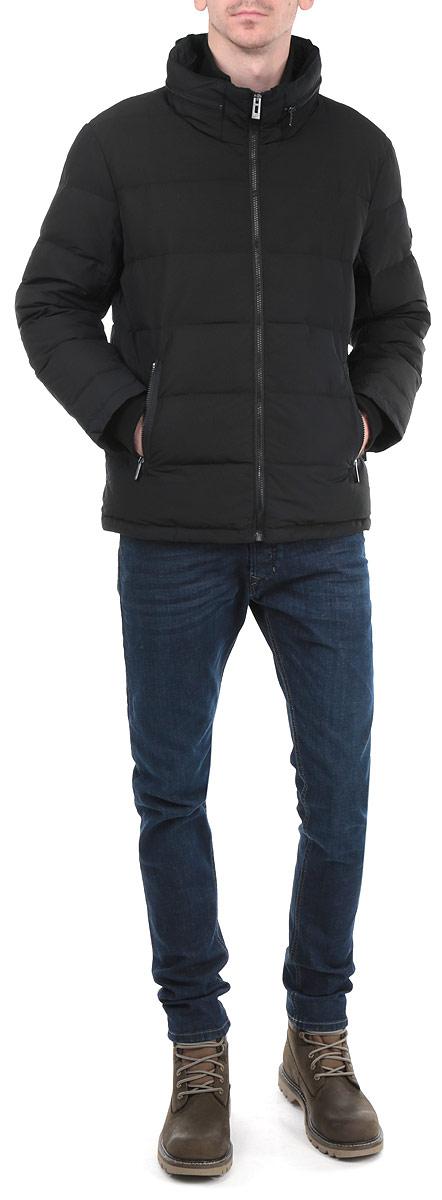 B505517_DEEP NAVYСтильный мужской пуховик Baon, выполненный из высококачественных материалов, обеспечит максимальный комфорт при различных погодных условиях. Изделие с воротником-стойкой и длинными рукавами застегивается на пластиковую застежку-молнию по всей длине. Капюшон изделия при желании можно спрятать внутрь воротника. Низ изделия дополнен эластичной резинкой на стопперах. Модель дополнена текстильным воротником-стойкой и текстильными манжетами, препятствующими проникновению холодного воздуха. Спереди модель дополнена двумя прорезными карманами на молнии. На внутренней стороне имеется втачной карман на застежке-молнии. Этот яркий пуховик послужит отличным дополнением к вашему гардеробу!