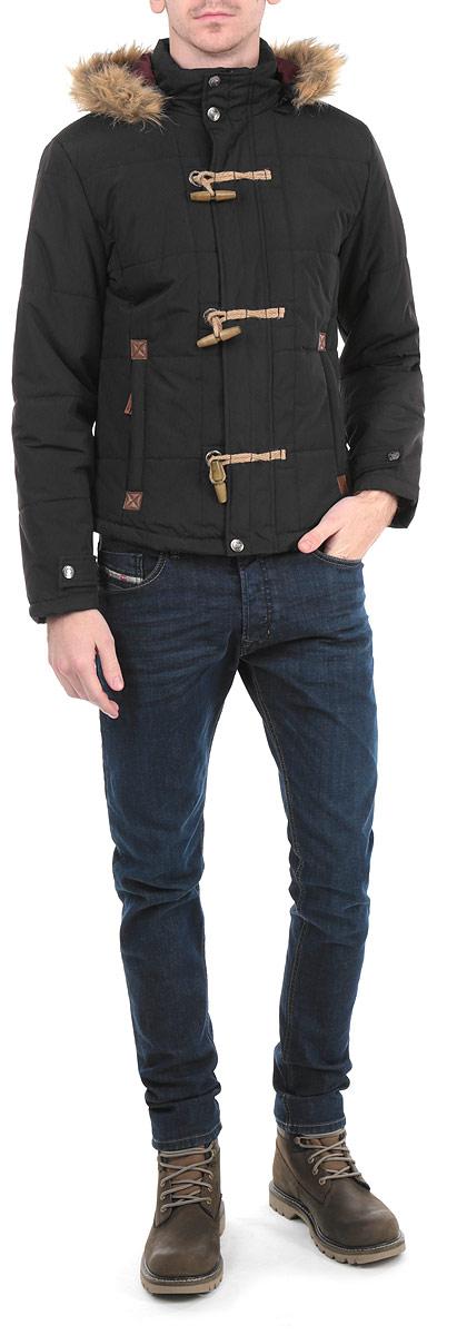 КурткаDoxy_BLACKСтильная мужская куртка MeZaGuZ Doxy отлично подойдет для холодной погоды. Модель прямого кроя с длинными рукавами и воротником-стойкой застегивается на застежку-молнию и имеет ветрозащитный клапан, фиксирующийся при помощи крупных деревянных пуговиц. Изделие дополнено двумя втачными карманами на молниях спереди и внутренним карманом на липучке. Наполнитель из синтепона обеспечит надежное сохранение тепла. Куртка дополнена съемным капюшоном на молнии, который украшен искусственным мехом. Эта модная и в то же время комфортная куртка согреет вас в холодное время года и отлично подойдет как для прогулок, так и для занятия спортом.