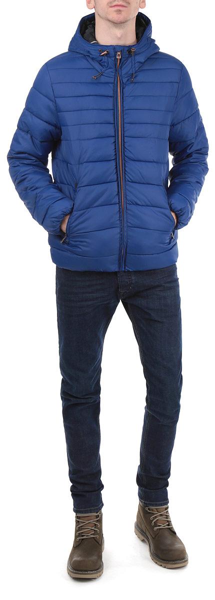 Куртка мужская. B535533B535533_PORT ROYALСтильная мужская куртка Baon, выполненная из высококачественных материалов, обеспечит максимальный комфорт при различных погодных условиях. Изделие с несъемным капюшоном и длинными рукавами застегивается на пластиковую застежку-молнию с защитой подбородка. Спереди модель дополнена двумя прорезными карманами на молнии. На внутренней стороне модель дополнена одним нашивным карманом. Манжеты и низ изделия дополнены эластичными резинками, препятствующими проникновению холодного воздуха. Капюшон изделия дополнен внутренней эластичной резинкой на стопперах. Эта стильная куртка послужит отличным дополнением к вашему гардеробу!