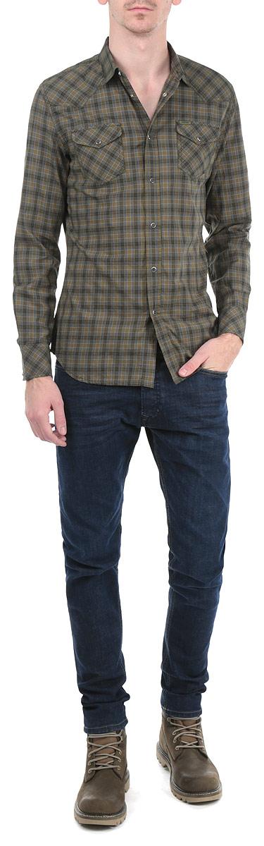 Рубашка мужская. 00SJ8J-0KAIN00SJ8J-0KAIN/5CDСтильная мужская рубашка Diesel с длинными рукавами, отложным воротником и застежкой на кнопки приятная на ощупь, не сковывает движения, обеспечивая наибольший комфорт. Рубашка оформлена ярким клетчатым принтом и накладными карманами на кнопках. Рубашка, выполненная из хлопка, обладает высокой воздухопроницаемостью и гигроскопичностью, позволяет коже дышать, тем самым обеспечивая наибольший комфорт при носке даже самым жарким летом. Эта модная и удобная рубашка послужит замечательным дополнением к вашему гардеробу.