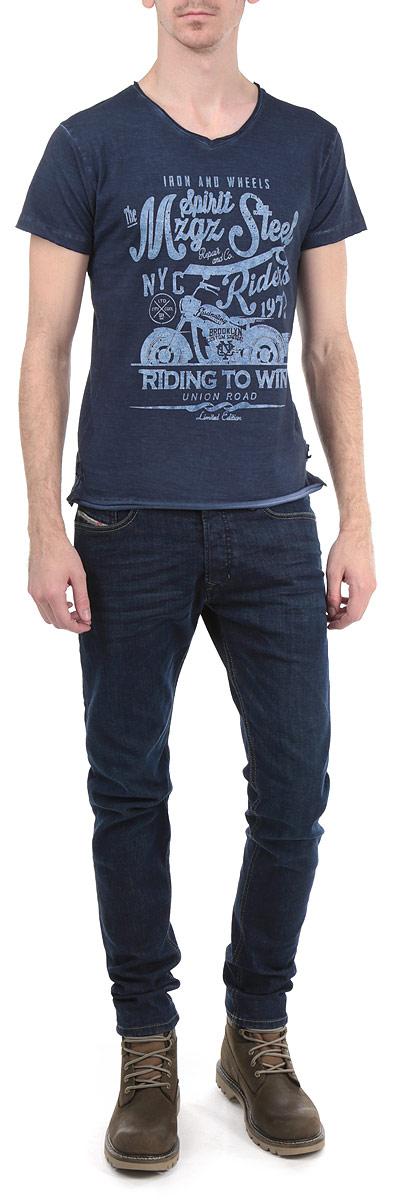 Футболка мужская ThemotorThemotor/ACIERСтильная мужская футболка MeZaGuZ, выполненная из 100% хлопка, обладает высокой воздухопроницаемостью и гигроскопичностью, позволяет коже дышать. Модель с короткими рукавами и V-образным вырезом горловины спереди оформлена принтовыми надписями. По бокам предусмотрены небольшие разрезы. Рукава, горловина и низ изделия выполнены с двойным необработанным краем. Эта футболка - идеальный вариант для создания эффектного образа.