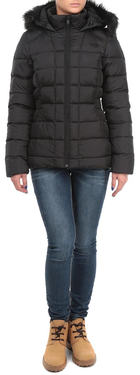 T0CX66KX7Стильная женская куртка The North Face Gotham Jacket, выполненная из высококачественных материалов, обеспечит максимальный комфорт при различных погодных условиях. Изделие приталенного силуэта с воротником-стойкой и длинными рукавами застегивается на пластиковую застежку-молнию по всей длине. Утепленный капюшон имеет съемную оторочку из искусственного меха. Спереди модель дополнена двумя втачными карманами со скрытыми молниями. Модель оформлена эффектной стежкой. Эта теплая куртка послужит отличным дополнением к вашему гардеробу!