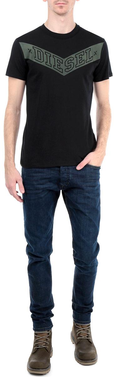 00SJUG-0QAFP/900Стильная мужская футболка Diesel - идеальное решение для повседневной носки. Эта практичная, приятная на ощупь модель, выполненная из мягкого хлопка, прекрасно пропускающей воздух, она позволит вам чувствовать себя уверенно и легко. Удобный крой обеспечивает свободу движений. Лицевая сторона футболки оформлена аппликацией с надписью Diesel. Эта футболка - идеальный вариант для создания эффектного образа.