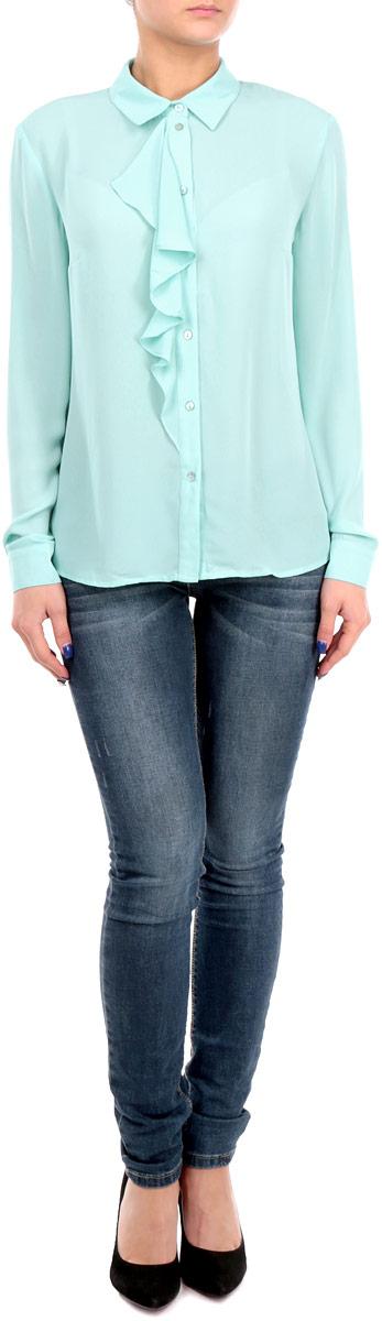 Блузка женская. B175515B175515Стильная женская блуза Baon, выполненная из высококачественного струящегося материала, подчеркнет ваш уникальный стиль и поможет создать оригинальный женственный образ. Блузка классического кроя с длинными рукавами и отложным воротником украшена односторонним жабо на груди. Блузка застегивается на пуговицы, манжеты рукавов также дополнены пуговицами. Легкая блуза идеально подойдет для жарких летних дней. Такая блузка будет дарить вам комфорт в течение всего дня и послужит замечательным дополнением к вашему гардеробу.